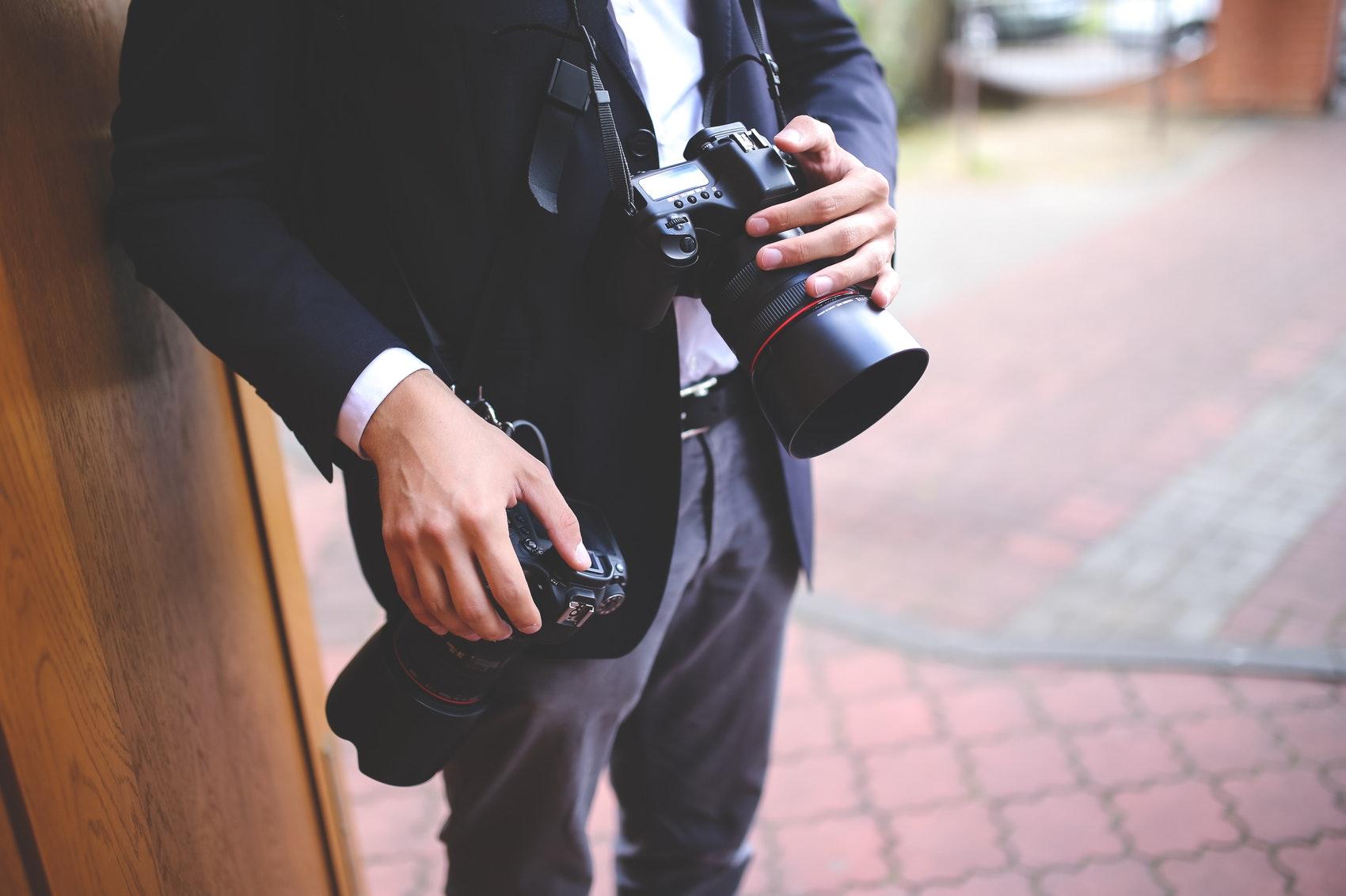 Un fotografo en una boda con dos camaras
